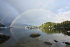 Dubbel regnbåge över den djupa lilla viken, norr Vancouver Arkivbilder