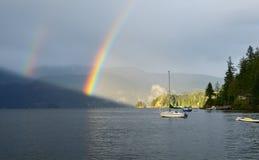 Dubbel regnbåge över den djupa lilla viken, norr Vancouver Arkivfoto