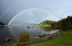 Dubbel regnbåge över den djupa lilla viken, norr Vancouver Arkivbild