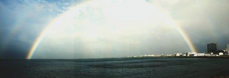 Dubbel regnbåge över Faxafloi royaltyfri bild