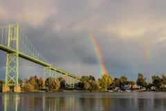 Dubbel regnbåge över floden Royaltyfri Bild
