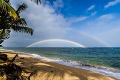 Dubbel regnbåge över havet Arkivbilder