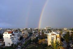Dubbel regnbåge efter regn arkivfoton