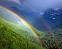 Dubbel regnbåge i glaciärnationalpark Arkivbilder