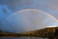 Dubbel regnbåge för berg Arkivbilder