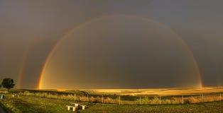 Dubbel regnbåge på den stormiga dagen Arkivbilder