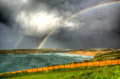 Dubbel regnbågeCrantock fjärd och strand norr Cornwall England UK nära Newquay i HDR Royaltyfria Bilder