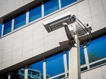 Dubbel säkerhetskamera i en byggnad Arkivfoto