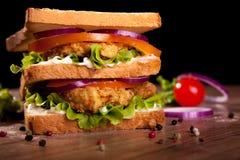 Dubbel smörgås, med höna, grönsallat, tomaten, löken, peppar och sås Royaltyfri Foto