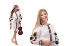 Dubbel stående av den härliga ukrainska kvinnan i nationell dräkt Attraktiv ukrainsk kvinna som bär i traditionellt arkivfoton