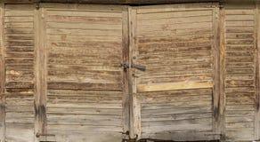 Dubbel träbrun låst färgdörr Royaltyfria Foton
