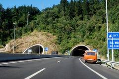 Dubbel tunnel till och med berg Fotografering för Bildbyråer