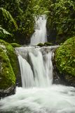 Dubbel vattenfall, ultrarapid arkivbilder