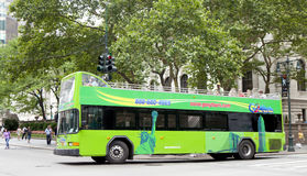 Dubbeldäckaren turnerar bussen framme av det New York City arkivet Royaltyfri Fotografi