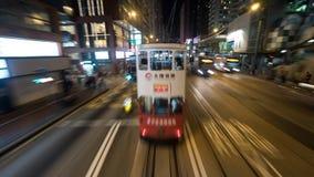 Dubbeldäckarespårvagn och bussar i natten Hong Kong royaltyfri foto