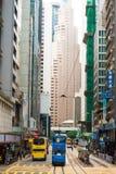 Dubbeldäckarespårvagn på gatan av Hong Kong arkivbild