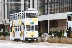 Dubbeldäckarespårvagn på gatan som är populär bland turistfunktionsläge av transport arkivfoton