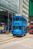 Dubbeldäckarespårvagnvägar av resanden i Hong Kong Royaltyfri Bild
