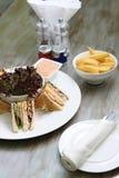 Dubbeldekker met salade en gebraden gerechten Stock Foto