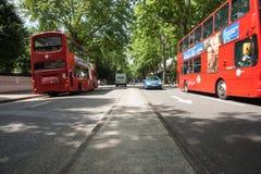 Dubbeldekkerbussen in de straat van Londen. Stock Foto