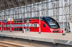 Dubbeldekkertrein ES2-001 Stadler onder het landen van Kiyevsky-spoorwegterminal (vokzal Kievskiy) Het treingebruik zoals Stock Fotografie