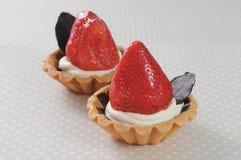 Dubbele aardbei cupcake met chocoladeblad Royalty-vrije Stock Afbeelding