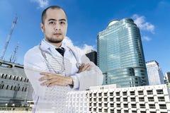 Dubbele blootstelling aan het slimme arts posten met het abstracte ziekenhuis B royalty-vrije stock foto's