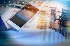 Dubbele blootstelling die van hand slimme telefoon met financiële grafiek houden stock afbeelding