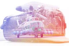 Dubbele blootstelling: het dragen geval voor de camera en een helikopter Zaken, pers, resque en reisconcept Royalty-vrije Stock Afbeelding