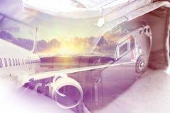 Dubbele blootstelling: het dragen geval voor de camera en een vliegtuig Bedrijfs en reisconcept Stock Fotografie
