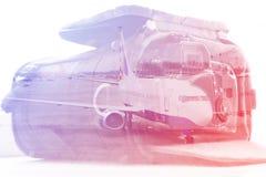 Dubbele blootstelling: het dragen geval voor de camera en een vliegtuig Bedrijfs en reisconcept Stock Foto's