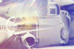 Dubbele blootstelling: het dragen geval voor de camera en een vliegtuig Bedrijfs en reisconcept Stock Afbeeldingen