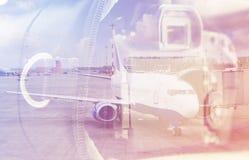 Dubbele blootstelling: het dragen geval voor de camera en een vliegtuig Bedrijfs en reisconcept Stock Foto