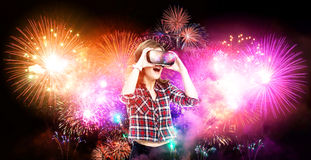 Dubbele blootstelling, meisje die ervaring krijgen die VR-glazen gebruiken, die in virtuele werkelijkheid, het letten op vuurwerk Stock Afbeelding