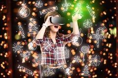 Dubbele blootstelling, meisje die ervaring krijgen die VR-glazen gebruiken, die in virtuele werkelijkheid zijn, die speelgoed kie stock foto's