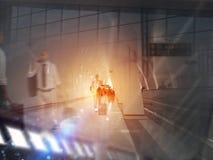 Dubbele blootstelling met silhouetten van zakenliedenpassagiers in de luchthaven Concept bedrijfsreis stock afbeeldingen