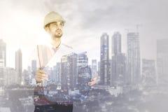 Dubbele blootstelling van burgerlijke bouw met blauwdrukken stock foto