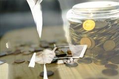 Dubbele blootstelling van de bedrijfsmens tablet gebruiken en gouden muntstukken die in kruik, technologie en het bank investerin Stock Foto