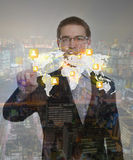 Dubbele blootstelling van de bedrijfsmens wat betreft het denkbeeldig scherm stock afbeelding