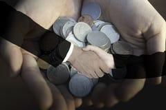 Dubbele blootstelling van de hand van de zakenmanschok met bedrijfsvrouw op witte achtergrond Coördinatieconcept Royalty-vrije Stock Foto's