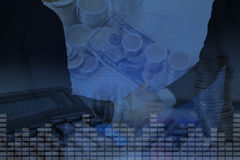 Dubbele blootstelling van de hand van de zakenmanschok met stapel muntstukken, a Stock Foto