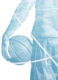 Dubbele blootstelling van een een basketbalspeler en gebied stock afbeeldingen