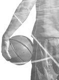 Dubbele blootstelling van een een basketbalspeler en gebied in zwarte en wh stock foto