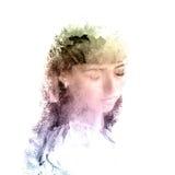 Dubbele blootstelling van een jong mooi meisje Geschilderd portret van een vrouwelijk gezicht Multi-colored beeld op witte achter Stock Illustratie