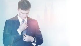 Dubbele blootstelling van een jonge zakenman vóór zijn vergadering, het plaatsen stock fotografie