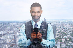 Dubbele blootstelling van gelukkige succesvolle zakenman die het texting op slimme telefoon gebruiken royalty-vrije stock afbeeldingen