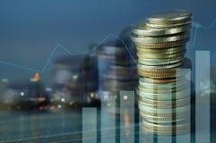Dubbele blootstelling van gestapeld van muntstukken met grafiek en nachtstad, c royalty-vrije stock afbeelding