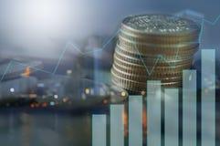 Dubbele blootstelling van gestapeld van muntstukken met grafiek en nachtstad, concept als financiën stock foto