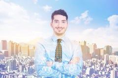 Dubbele blootstelling van glimlachende zakenman en stad stock foto's