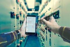 Dubbele blootstelling van hand die met slimme telefoon in schakelaartoestel werken Royalty-vrije Stock Afbeeldingen